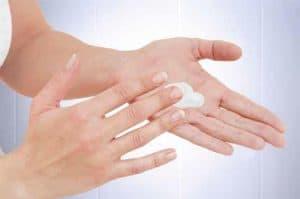 Eincremen der Hände mit einer Handlotion für eine effektive Händehygiene
