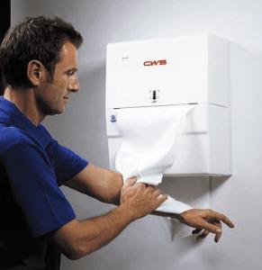Stoffhandtuchspender Heavy Duty weiß - Mann beim Abtrocknen des Armes - Spenderbenutzung