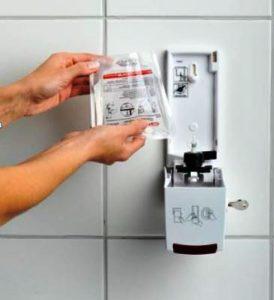Einfaches Austauschen des Beutels mit Desinfektionsliquid am Toilettensitzhygiene-Spender Paradise Seatcleaner