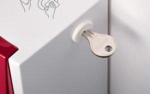 Spendersystem Toilettensitzhygiene rot für manuelle Sitzreinigung mit Zylinderschloss und Schlüssel Detailaufnahme