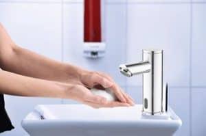 Hände beim Waschen mit Seifenschaum - Seifenschaumspender Paradise Dry Foam am Waschbecken - Seifenschaum reduziert Seifen- und Wasserverbrauch