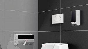 Toilettenraum mit schwarzen Spendersystemen