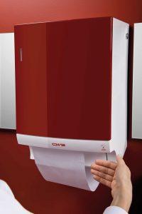 Spender rot Ansicht rechts, Hand am Sensor - Spenderbenutzung Stoffhandtuch für Händetrocknung