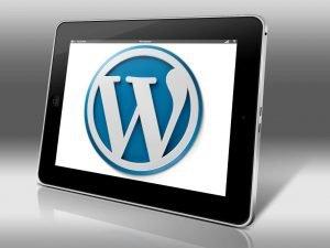 Schwarzes Tablet zeigt WordPress-Symbol