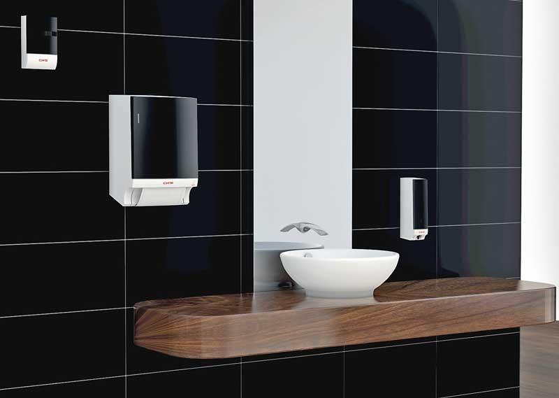 Trendfarben schwarz weiß grau - hier moderner Waschraum mit schwarzen Kacheln, schwarzen Spenderelementen u., weißem Waschbecken