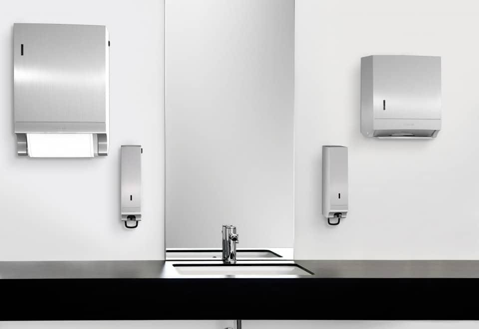 Moderner Waschraum mit Spendersystemen aus Edelstahl