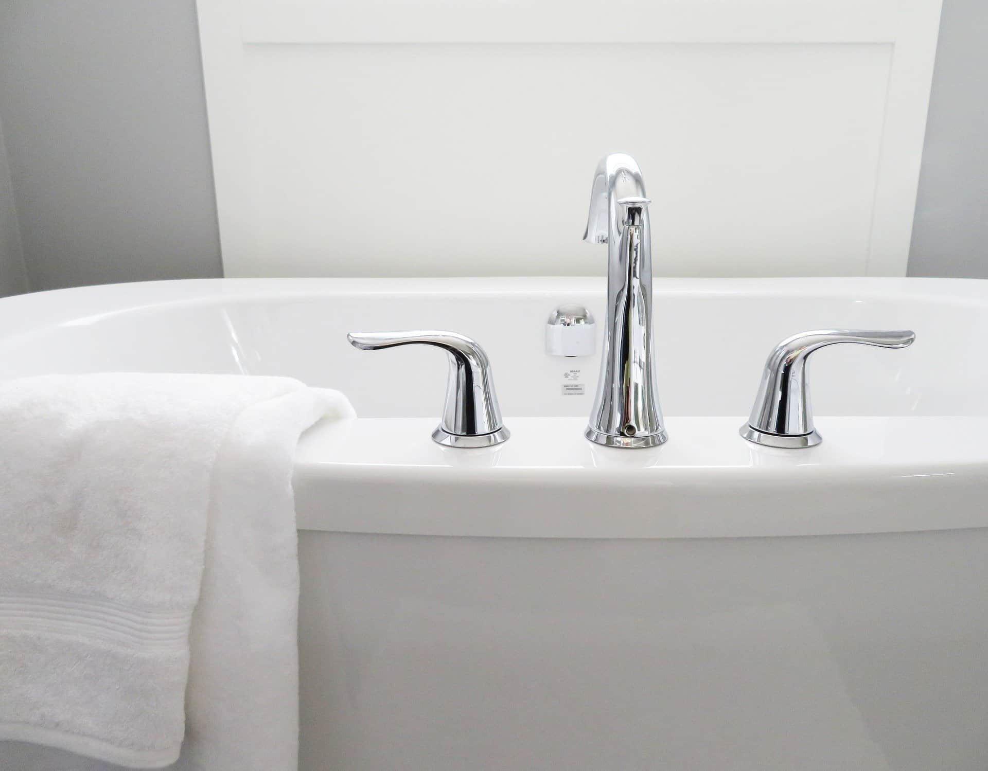 modernes Waschbecken in weiß mit weißem Frotteehandtuch